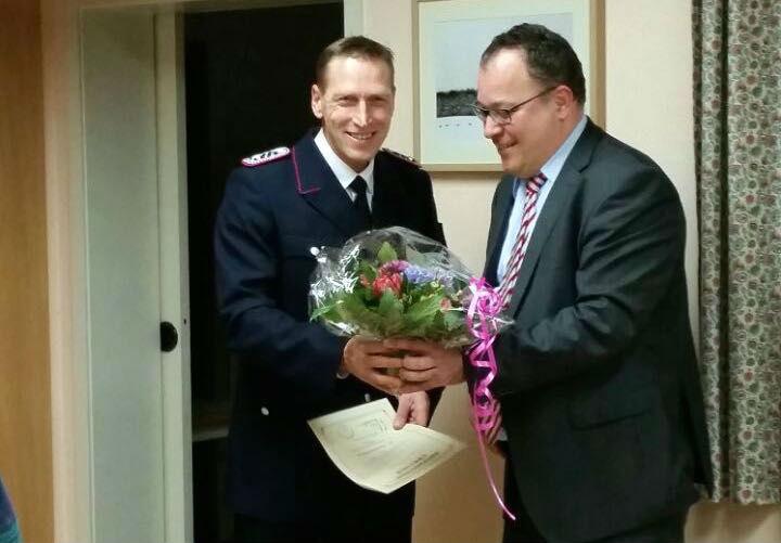 Der neue stellvertretende Wehrführer Dietmar Knoll und Bürgermeister Lutz Schlünsen nach der Vereidigung.